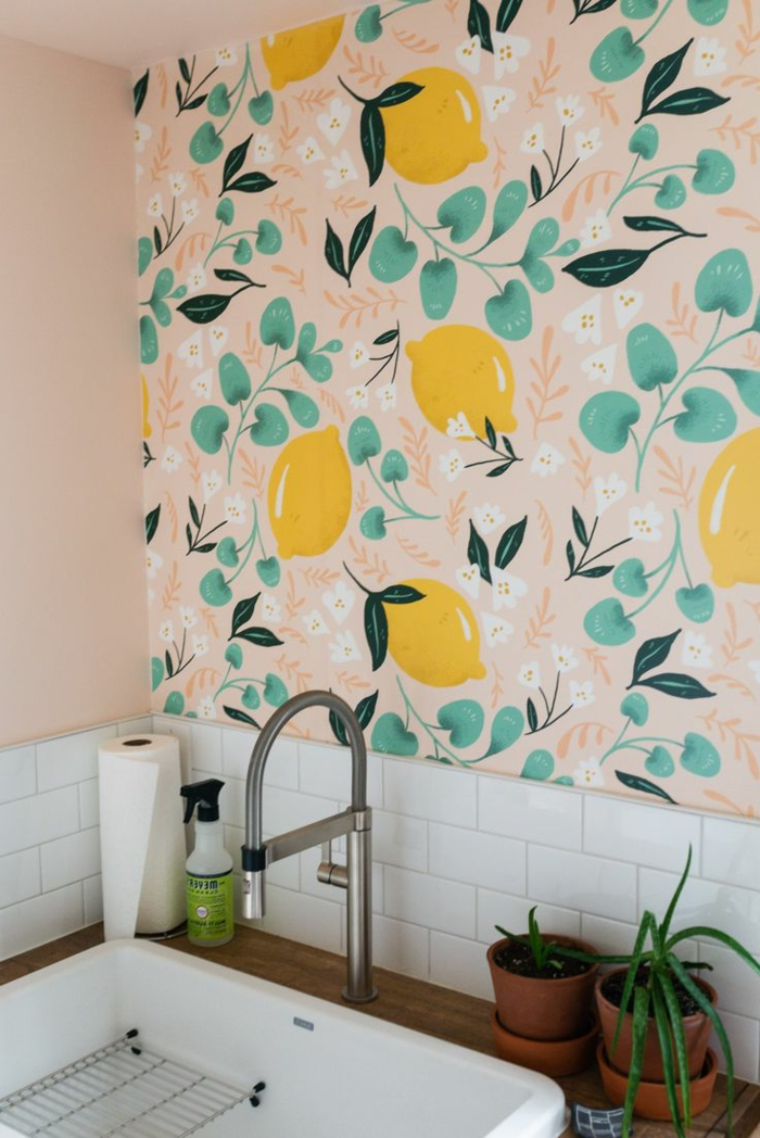 Abwaschbare Tapete mit Zitronen und grünen Blättern, Wandgestaltung für die Küche Inspiration, Wandfarbe blassrosa