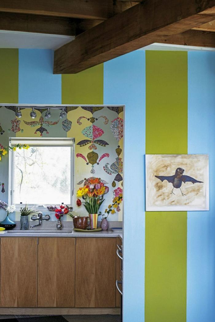 Küchen Tapeten Ideen mit Streifen in grün und blau, kleine Küche mit Fenster, Bild von einem Vogel