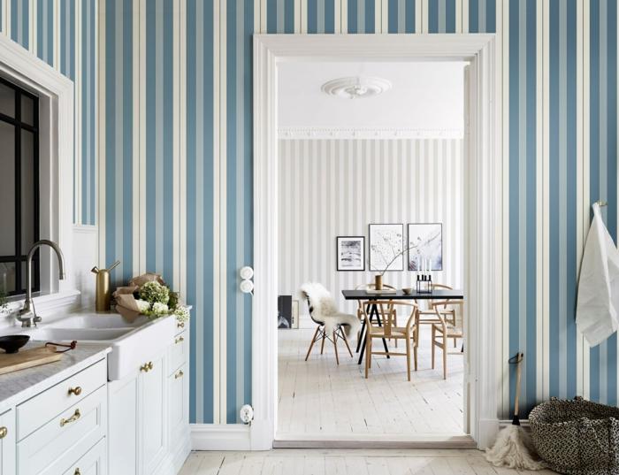 Wandgestaltung Streifen Beispiele in weiß und blau, große moderne Küche, Tür zum Esszimmer
