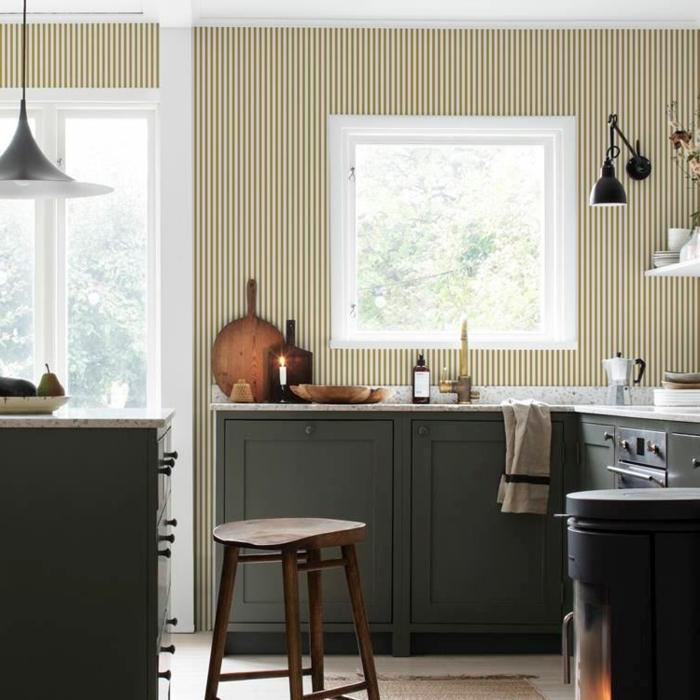 Wandgestaltung Streifen Beispiele in weiße und ocker, schwarze Möbel, kleine Küche mit Fenster