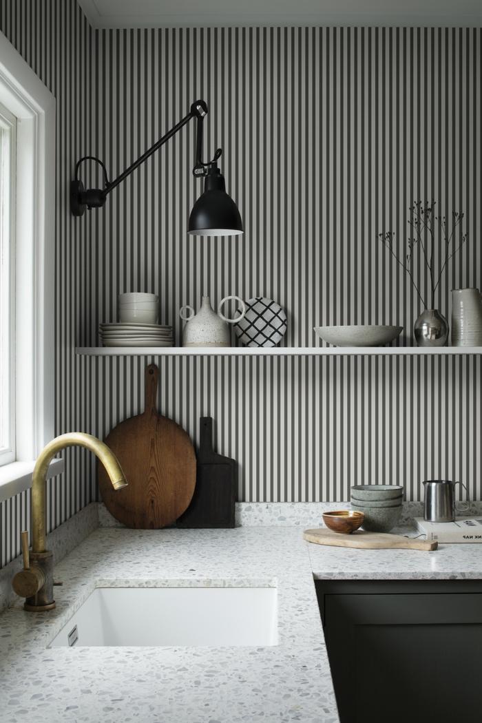 Wandgestaltung Küche Beispiele mit schwarz weißen Streifen, offene Regale mit Teller, schwarze Lampe