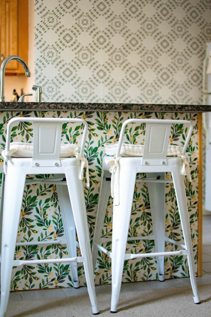 zwei weiße Barstühle, Tapeten für die Küche mit Zitronen und grünen Blättern, Inneneinrichtung modern