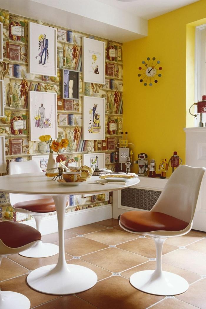 helle gelbe Wand, Tapete Esszimmer mit abgebildeten Büchern, runder Tisch mit retro Stühlen