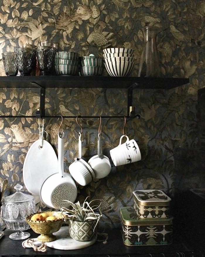offenes Regal mit Tassen und aufgehängte Küchenutensilien, Küchentapeten ganz aktuell