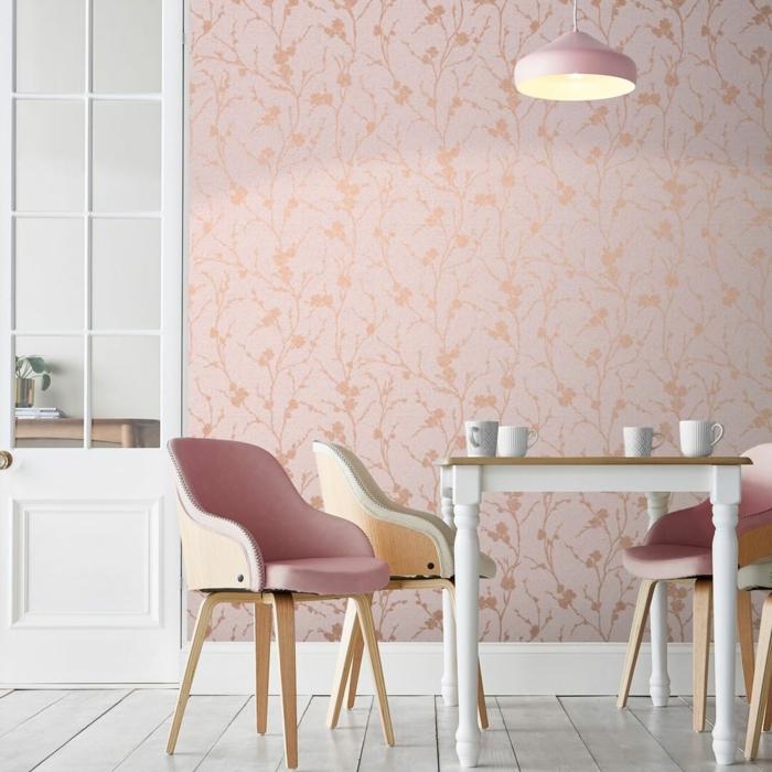 Inneneinrichtung in hellen Farben, pinke und weiße Stühle, Küchen Tapeten Ideen in pink mit schlichten Blumen