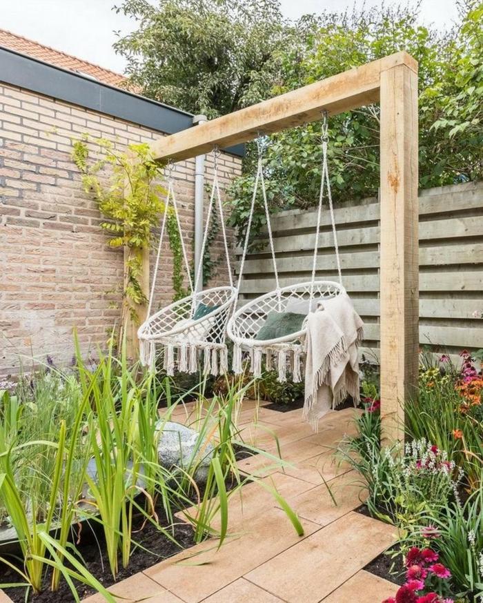 Hinterhof Einrichtung mit zwei weißen Schaukeln, viele eingepflanzte Pflanzen, Sichtschutz zum Nachbarn Ideen