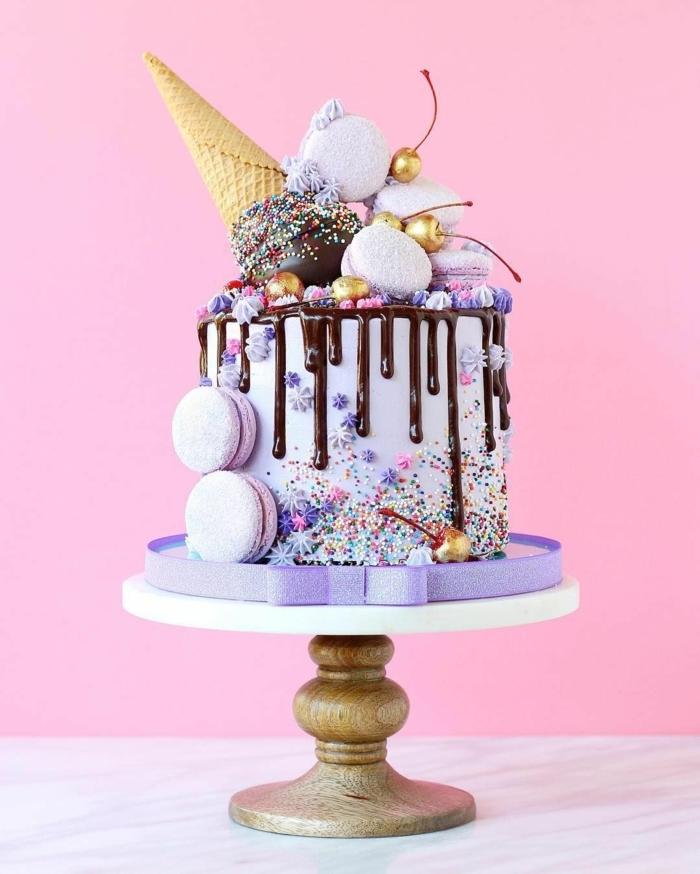 drip cake rezeppt, unicorn torte dekoriert mit schokoladenganache und süßigkeiten