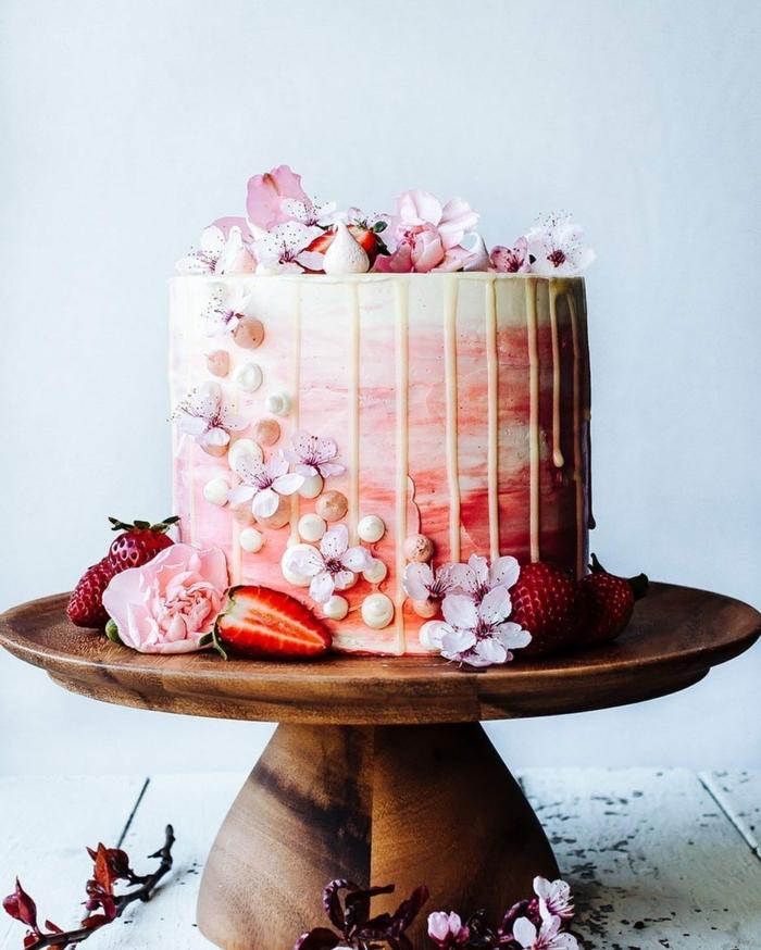 drip cake rezept, leckere geburtstagstorte mit schokolade und erdbeeren, hochzeitstorte