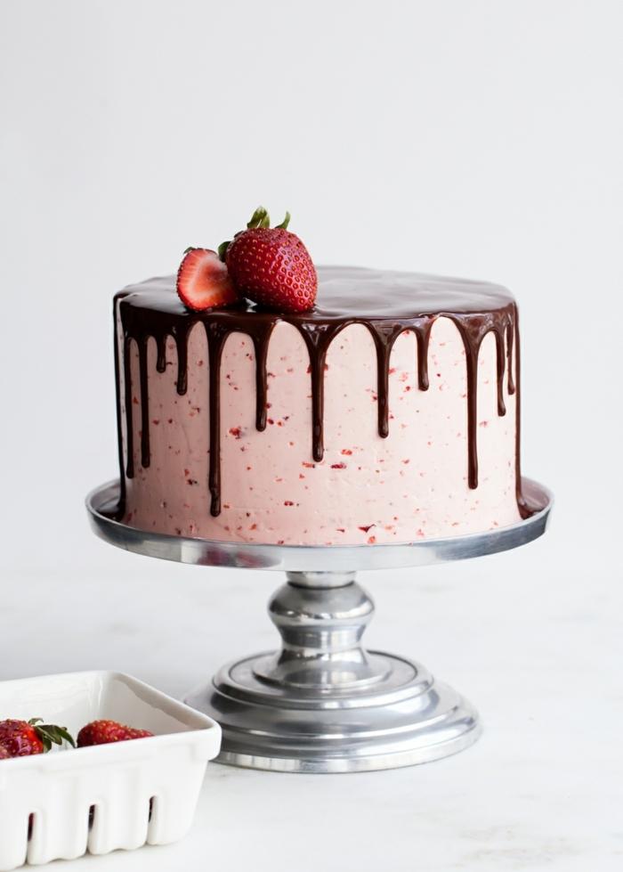 drip cake rezept, leckere geburtstagstorte mit erdbeeren und schokolade