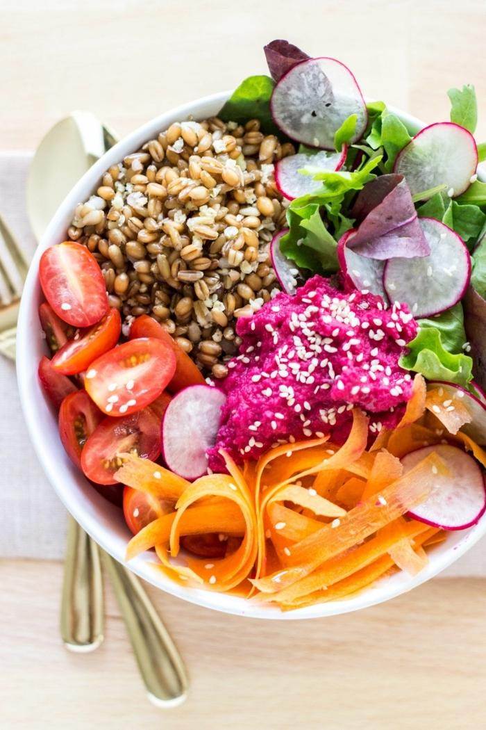 1 rezepte schwangerschaft gesundes mittagessen vitaminreich essen quinoa mit radieschen tomaten karotten und salatblättern