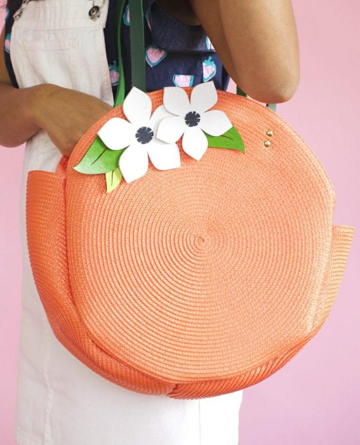 1 taschen selber nähen selbstgemachte tasche dekoriert mit weißen papierblumen diy