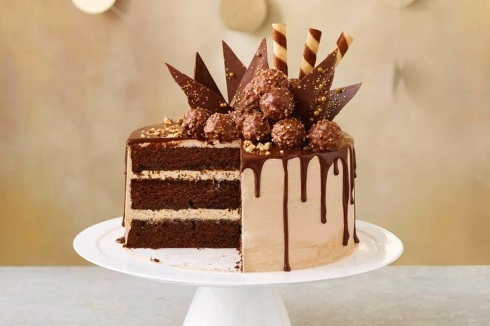geburtstagstorte für männer, torte mit schokoladenboden dekoriert mit süßigkeiten