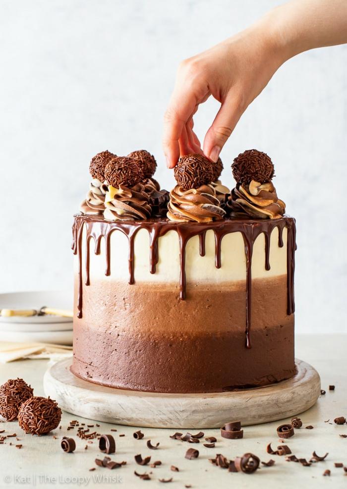 geburtstagstorte für männer, tripple schokolade torte dekoriert mit buttercreme, ganache und pralinen