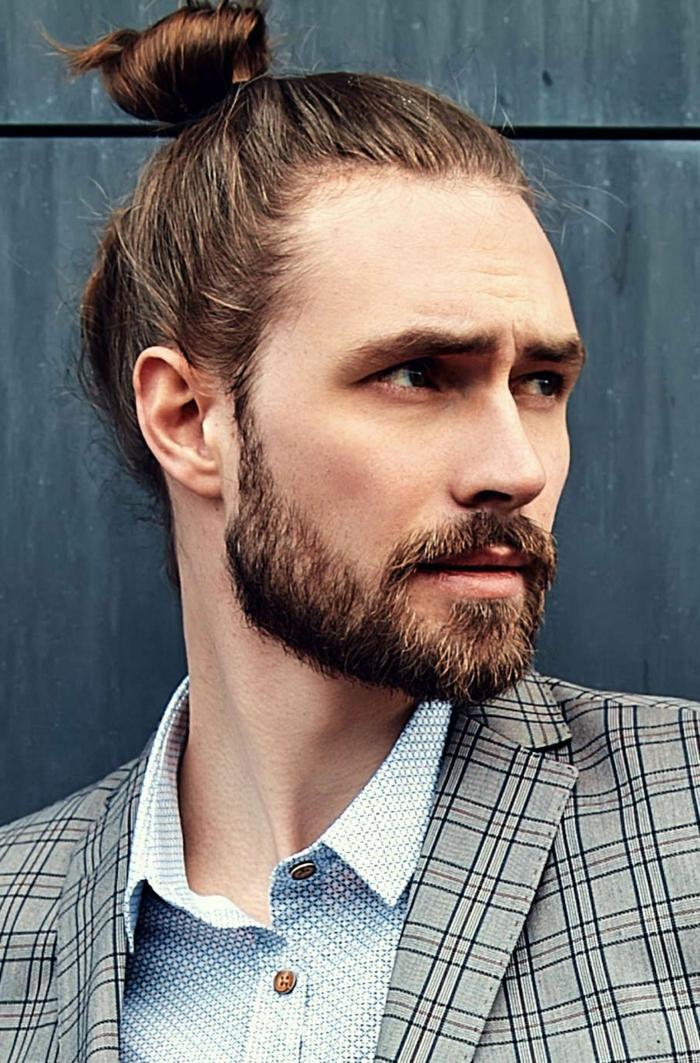 Männerfrisuren Mittellang, hochgesteckte Haare im Man Bun, braune Haare und Bart, karierte Jacke und weißes Hemd