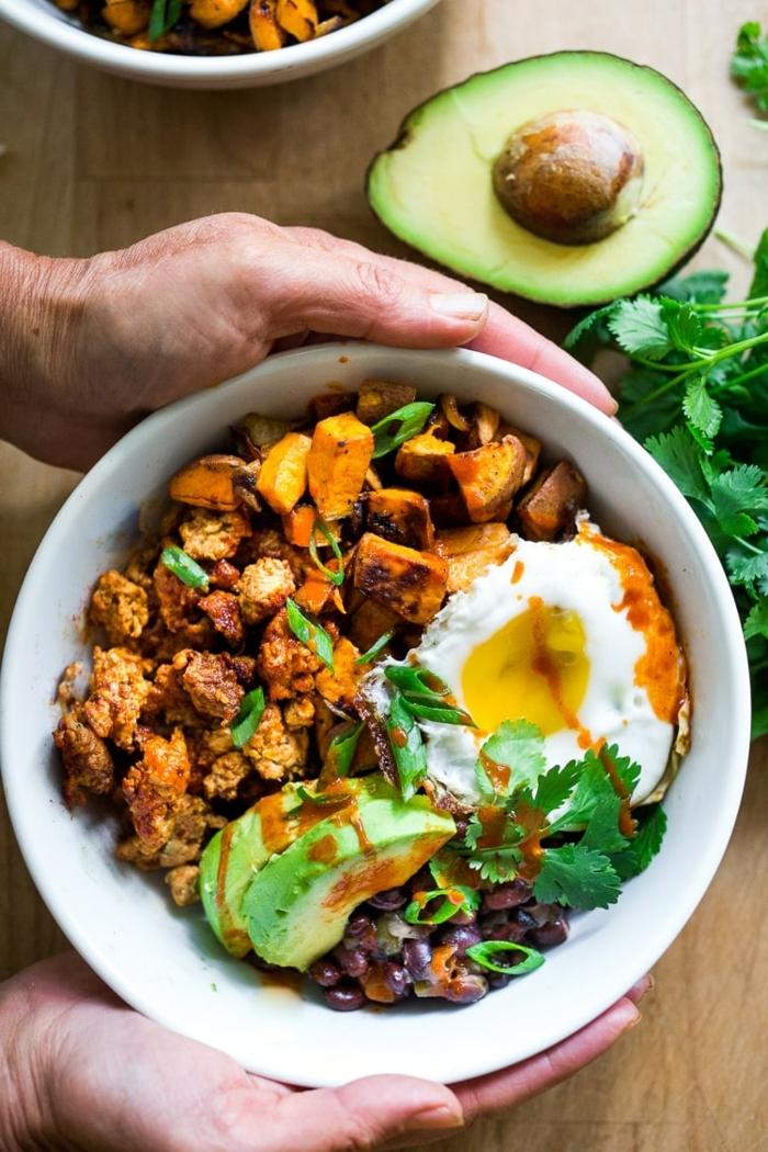 3 ernährung in der schwangerschaft gesunde rezepte mittagessen ideen fleisch mit avocado und eiern