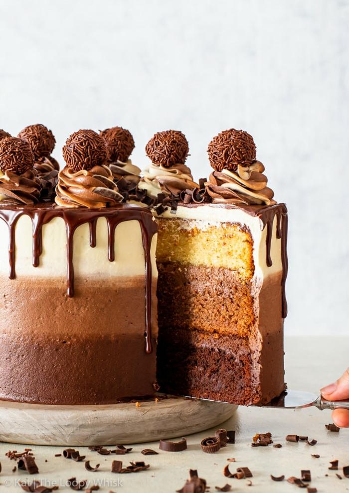 geburtstagstorte mann, tripple schokolade torte dekoriert mit buttercreme und pralinen
