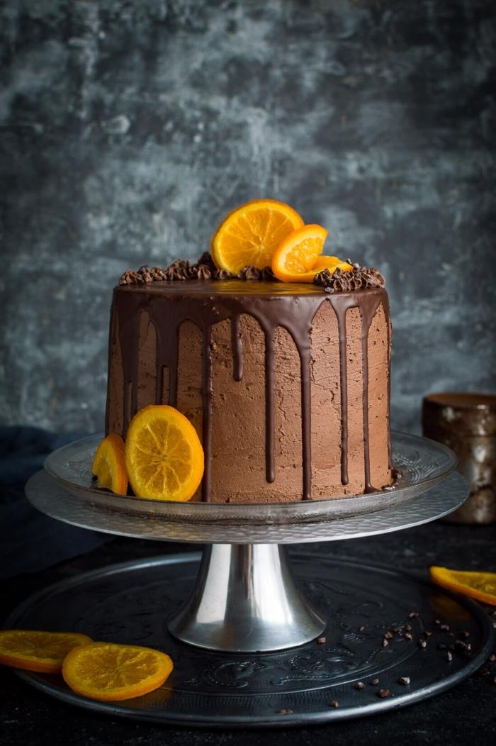 schokotorte mit früchten, geburtstagstorte mann, vegane schokoladentorte mit orangen