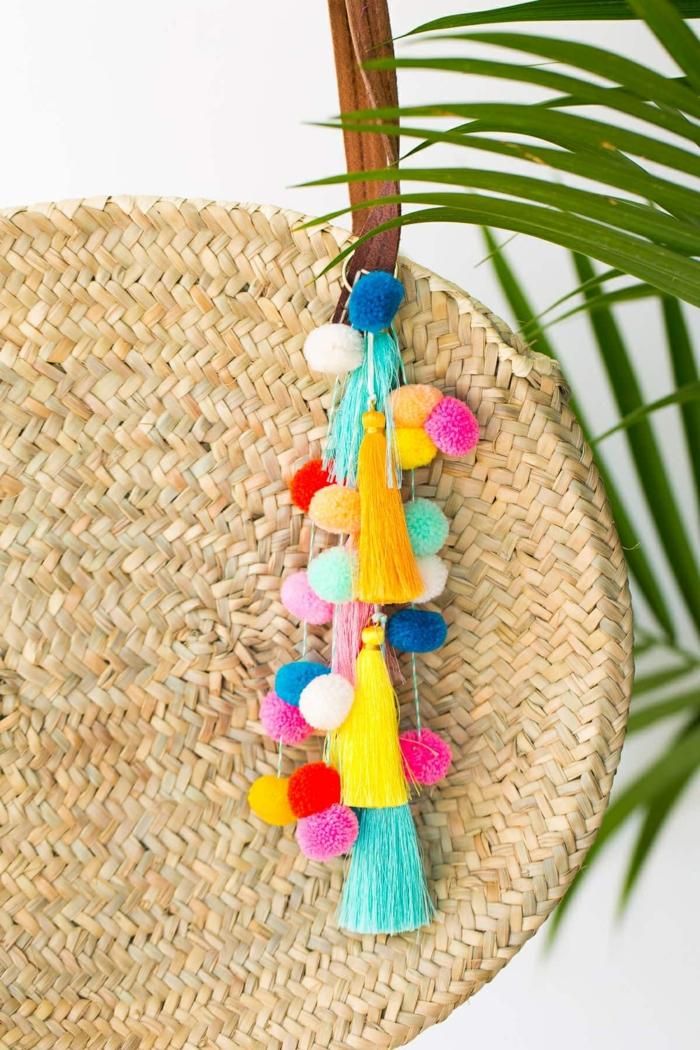 4 taschen nähen schnittmuter runde geflochtene alltagstasche dekoriert mit pompons aus buntem garn