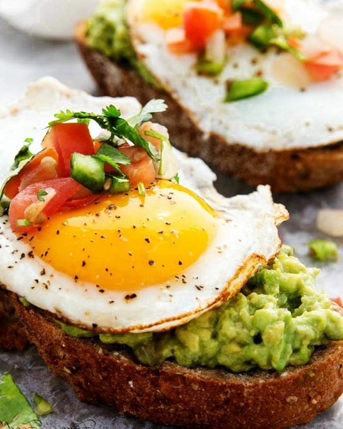 5 schwangerschaft ernährung gesunde sandwiches toasts mit avocado eiern und tomaten