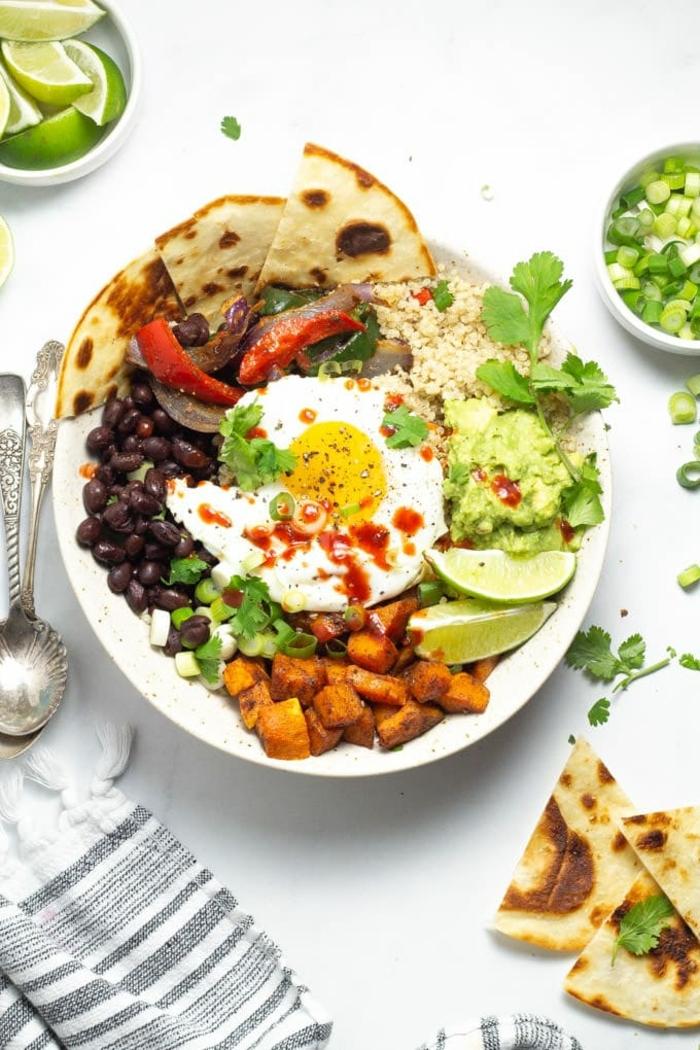 5 schwangerschaft ernährung taco bowl mit ei süßkartoffeln schwarzen bohnen und paprikas