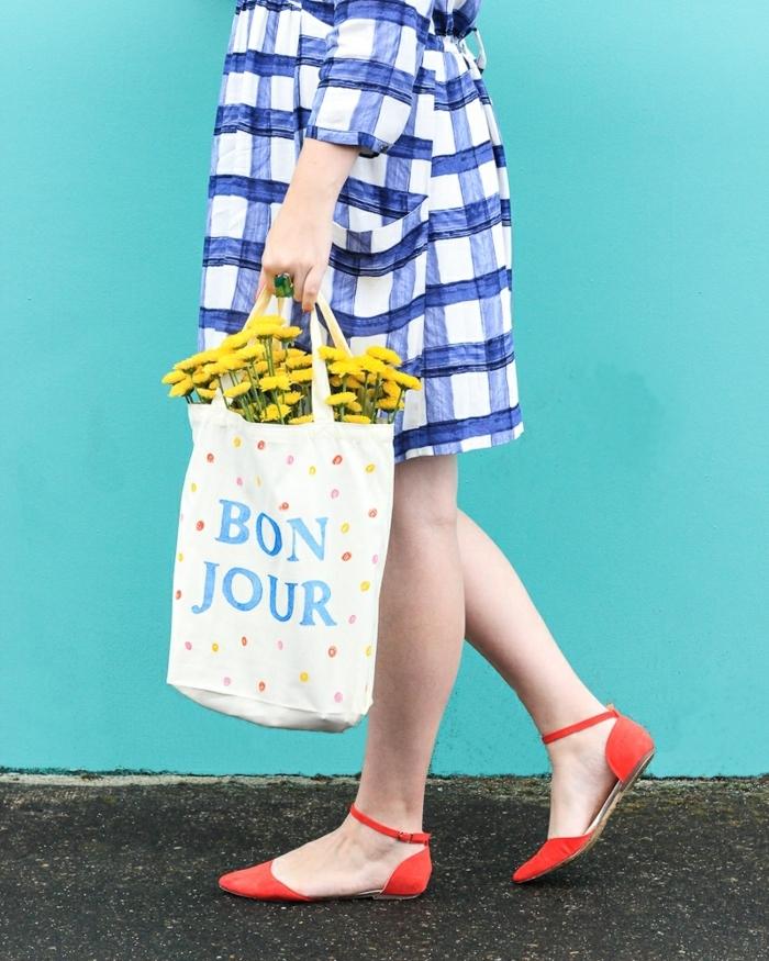 7 taschen nähen anleitung kostenlos selbstgemachte handtasche mit schriftzug gelbe blumen