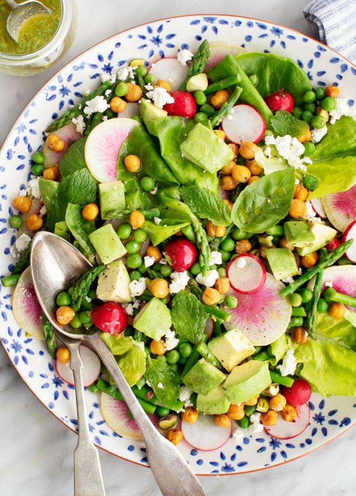 8 essen schwangerschaft gesunder salat mit kichererbsen und radieschen