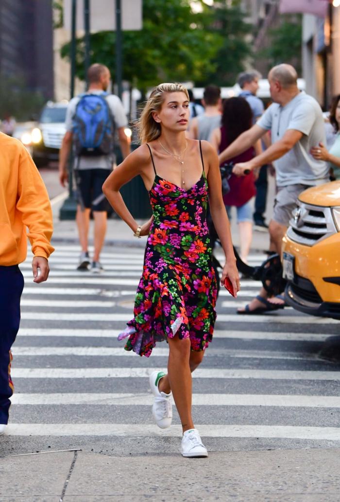 hailey bieber street style new york kleid figurumspielend mit floralem muster weiße sneakers