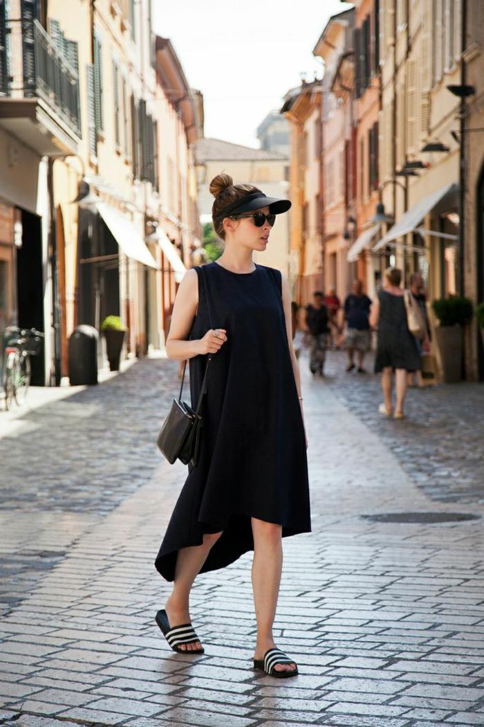 asymmetrisches sommerkleid schwarz kleine tasche schwarze adidas flip flops casual chic style