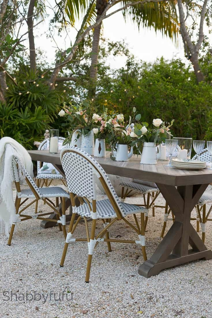 außeneinrichtung französischer stil ideen gartengestaltung modern weiße holzstühle großer tisch aus holz einrichtung garten mit steinen