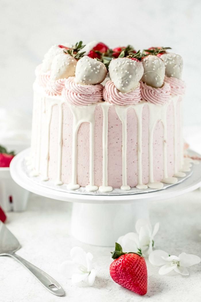 beeren torte, erdbeerentorte mit weißer schokolade und rosa buttercreme, torte zum geburtstag