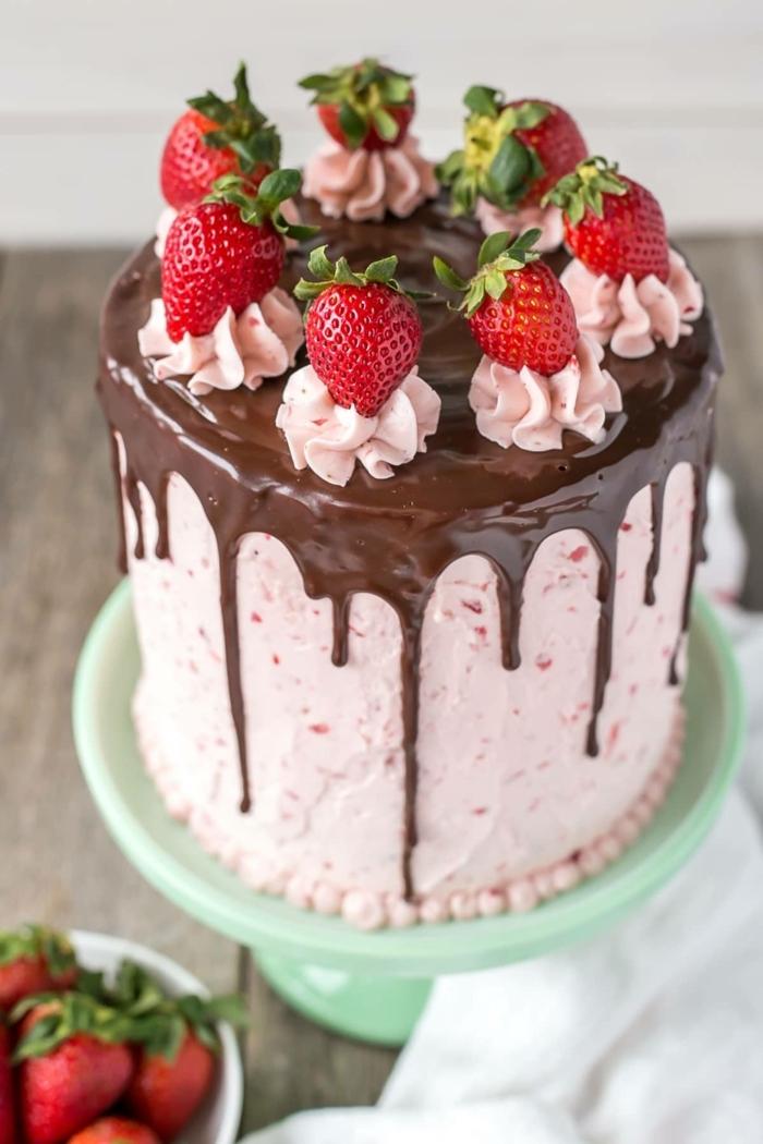 beeren torte, kuchen mit erdbeeren und schokolade, drip cake ideen