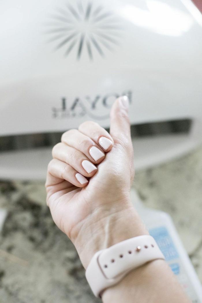 beige uhr schöne hand mit beigem nagellack gelnägel 2020 künstliche nägel entfernen alleine