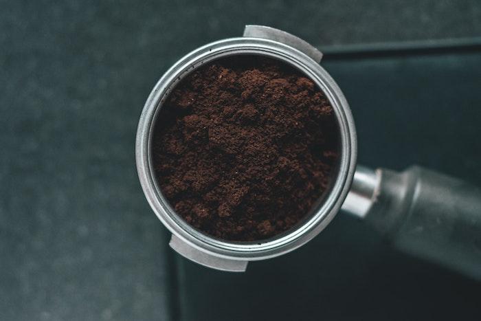bild mit braunem kaffeepulver wie kann man wespen vertreiben hausmittel wie kann man wespennest entfernen