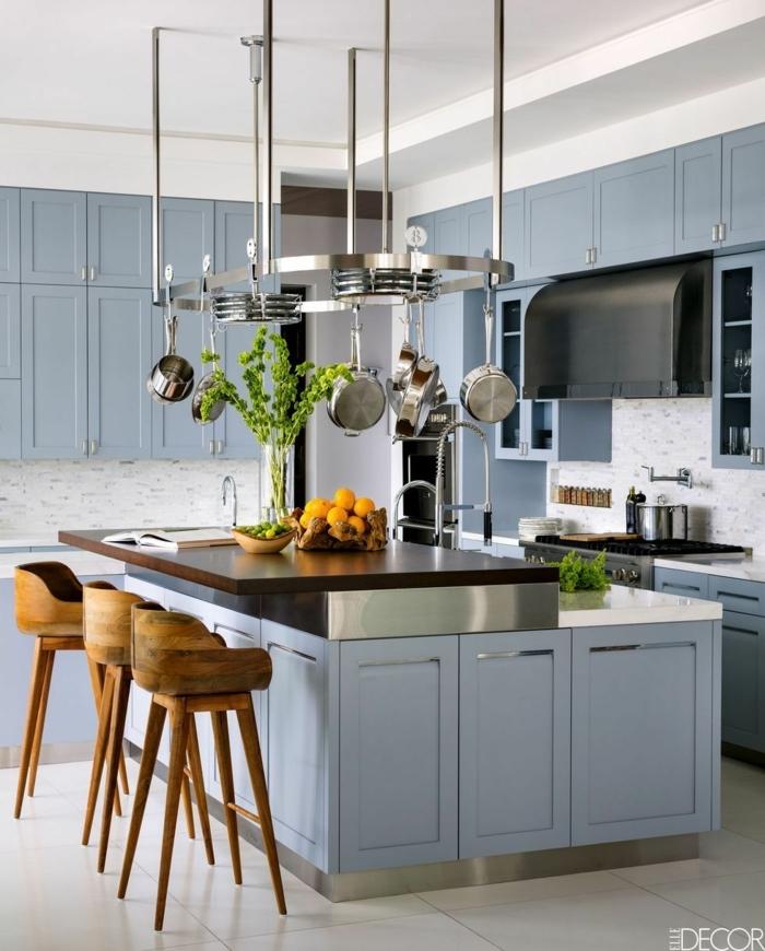 schöne und elegante blaue Küche, hängende Bratpfannen und Töpfe, Stühle aus Holz, himmelblaue Schränke, moderne Küche mit Kochinsel