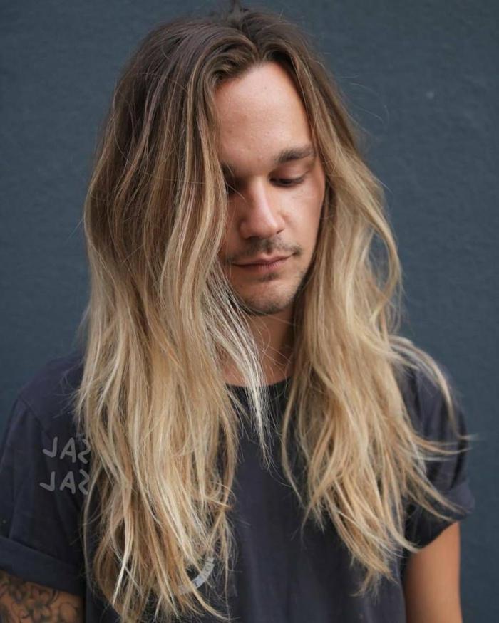 modischer Haarschnitt lange Haare 2020 für Männer, junger Mann mit blonden Haaren, casual outfit schwarzes T-Shirt,