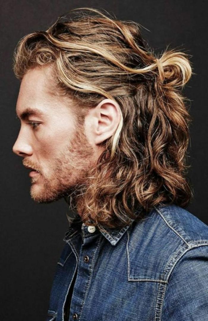 Mittellange Haare Frisur 2020, halb hoch halb unten, Mann mit blonden Haaren und kurzem Bart, blaues Jeans Shirt