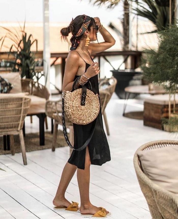 boho chic style sommerkleid schwarz runde strohtasche strand outfit legere haarband dame braune haare