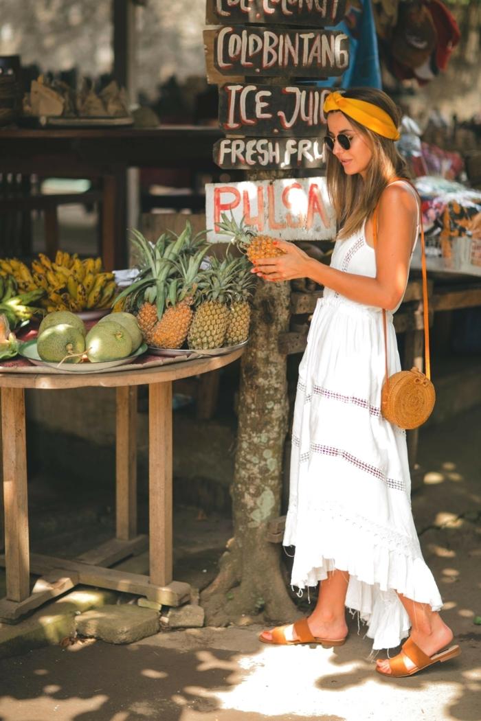 boho chic style sommerkleid weiß lang kleine braune tasche travel style inspiration dunkelblonde frau