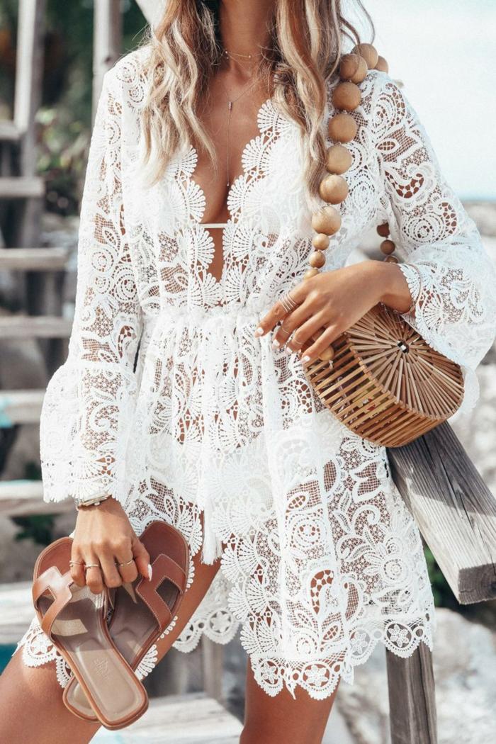 boho chic style strohtasche und braune sandale frau mit langen blonden haare kleid spitze knielang
