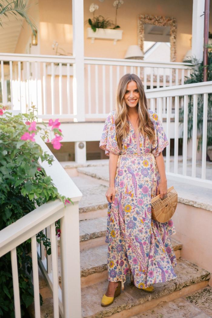 boho chic style urlaub outfit inspiration lange sommerkleider mit floralen motiven gelbe schuhe blonde frau