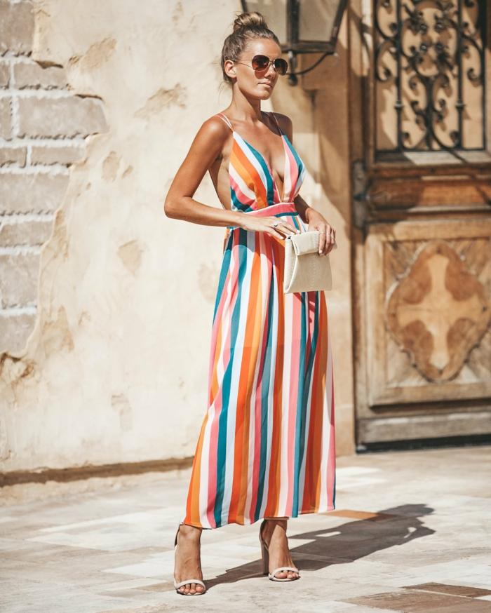 buntes gestreiftes kleid lange sommerkleider elegante high heels hochgestekte haare kleine tasche