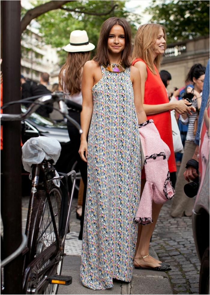 buntes langes sommerkleid damen 2020 trends miroslava duma street style kurze braune haarfrisuren