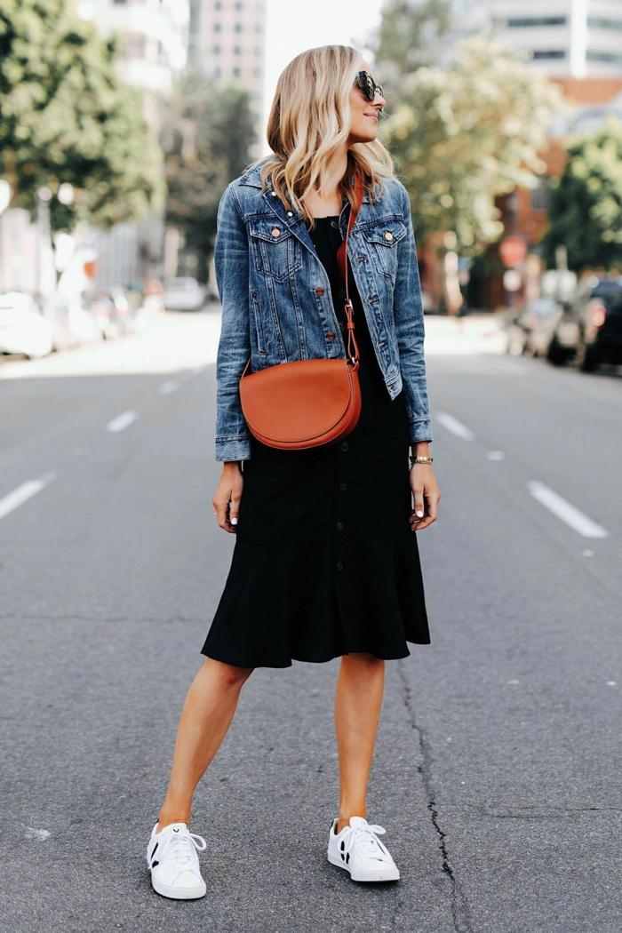 casual chic style sommerkleid schwarz blaue jeansjacke weiße sneakers kleine braune tasche street style inspo