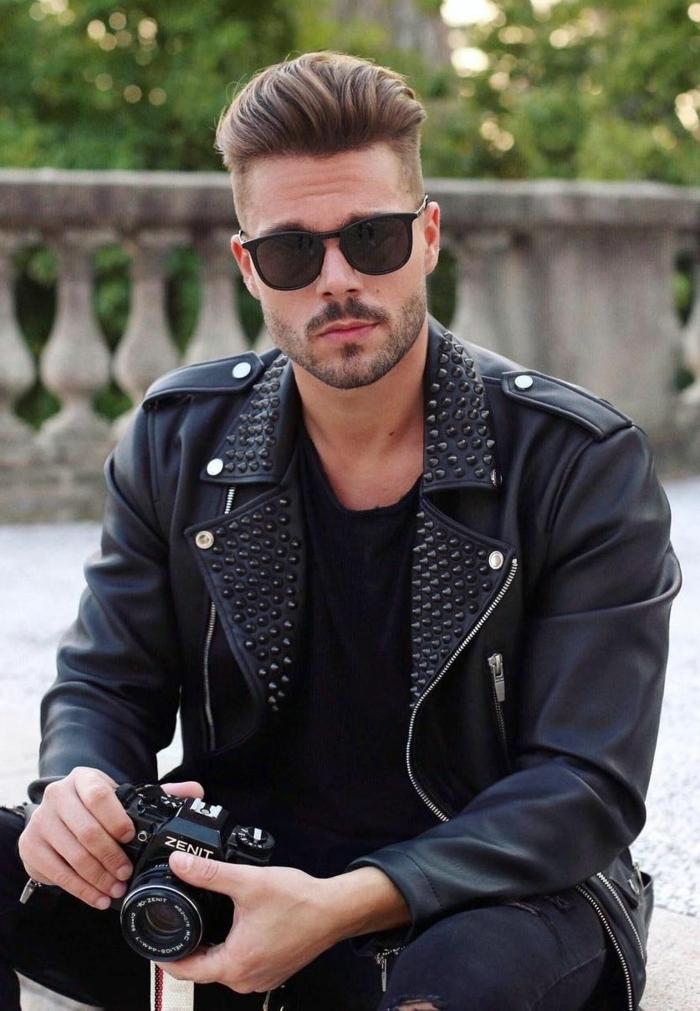 Mann im monochromen schwarzen Outfit, männerfrisuren 2020. dunkelblonde Haare, casual style, undercut haarschnitt