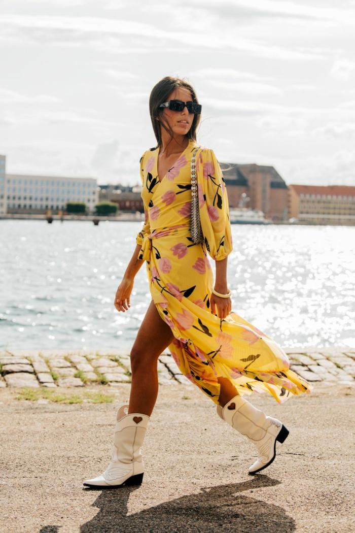 copenhagen fashion week ss 2020 kleid figumspielend gelb mit pinken blumen elegantes legeres styling weiße cowboy stiefel