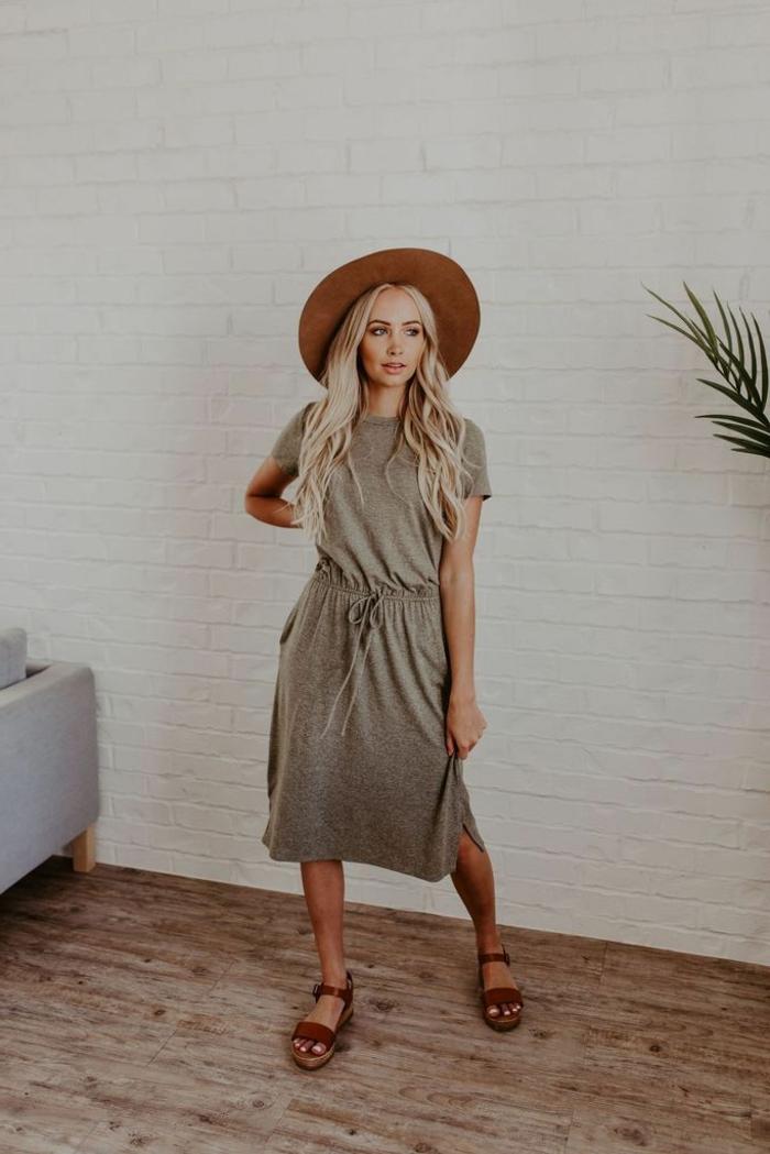 dame mit langen blonden haaren und strohhut sportliches sommerkleid damen 2020 trend braune sandalen