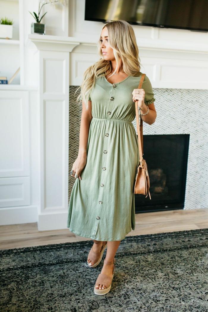 damenkleider sommer trends 2020 blonde frau langes grünes kleid mit knöpfen legeres styling