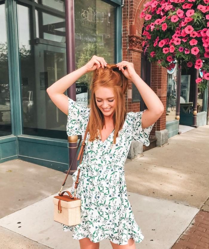 damenkleider sommer weiß mit grünen blumen frau mit roten haaren mini stroh tasche