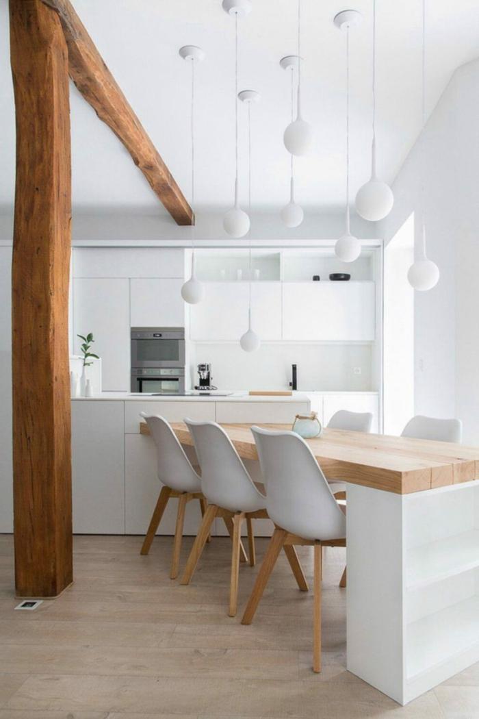 Kücheninsel mit Sitzgelegenheit, integrierter Esstisch aus Holz, Küche eingerichtet im skandinavischen Stil, hängende Lampen in verschiedene Größen