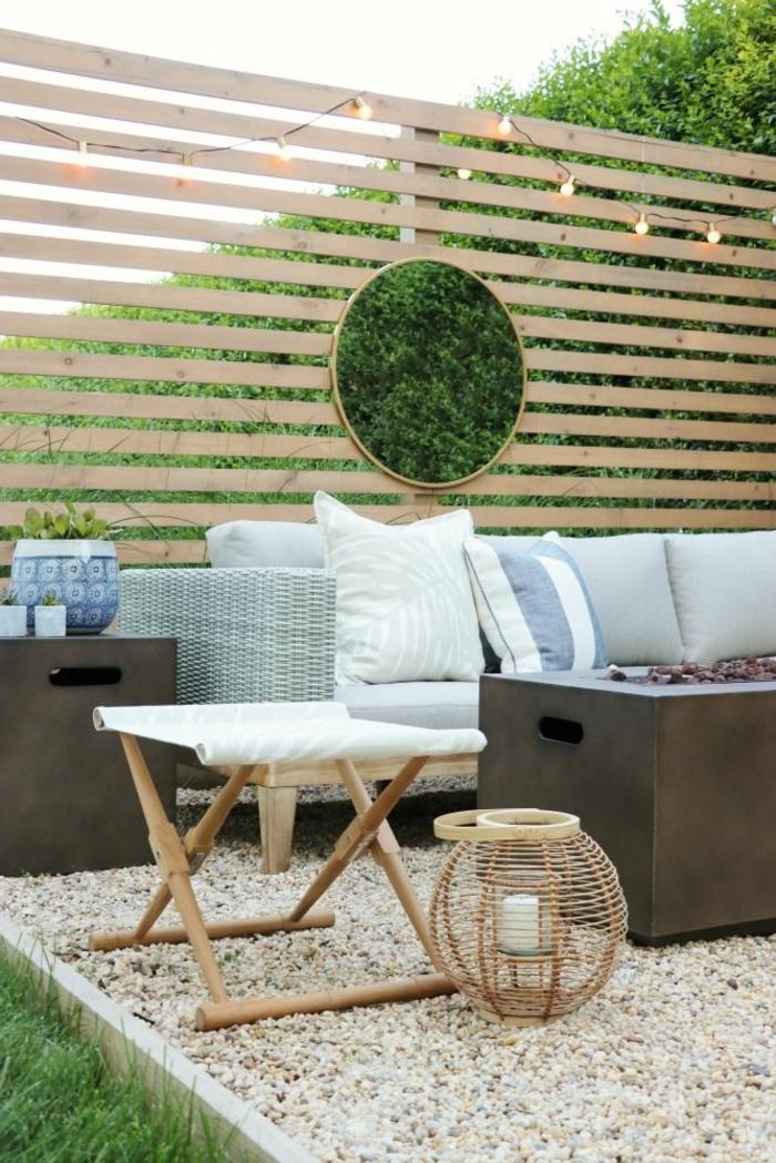 deko ideen garten mit sichtschutz gartengestaltung ideen mit steinen sofa mit grauen kissen runder spiegel